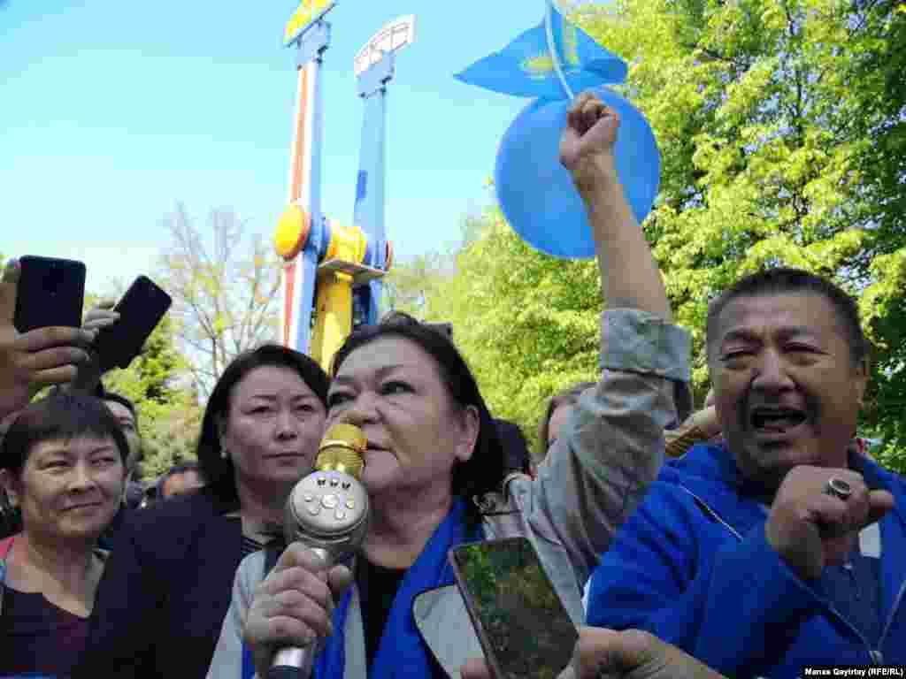 В Алматы протестующие собрались в Центральном парке отдыха ( ранее – парк имени М. Горького). Десятки людей потребовали от властей проведения честных выборов и выразили протест строительству атомной электростанции в Казахстане. Некоторые из протестующих пришли с голубыми воздушными шарами. Алматы, 1 мая 2019 года.