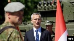 Єнс Столтенберґ (с) на церемонії інавгурації батальйону НАТО в Латвії, військова база Адажі, 19 червня 2017 року