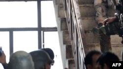 Пакістанскія вайскоўцы аглядаюць целы забітых. 20.01.2016