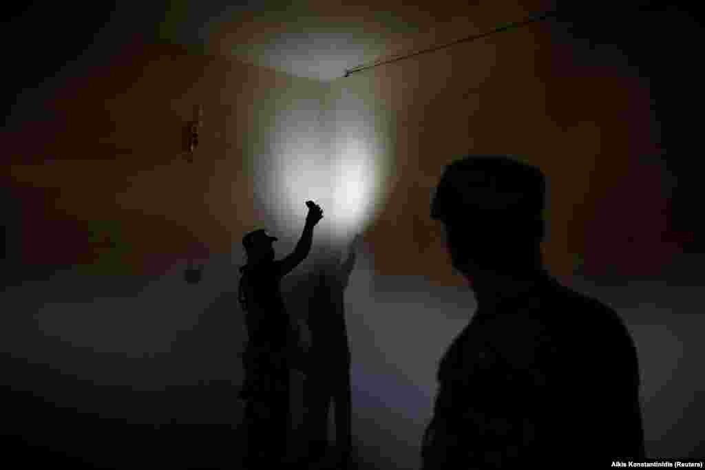 Иракский военный показывает фотографу Reuters камеру, которая использовалась тюремной охраной для наблюдения за заключенными.
