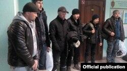 Муҳоҷирони узбек, ки ғайриқонунӣ вориди Русия шудаанд. Акс аз бойгонӣ.