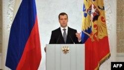 Dmitriý Medwedew parlamentiň iki palatasynyň-da wekilleriniň öňünde ýyllyk ýüzlenme bilen çykyş edýär, 22-nji dekabr.