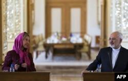 Iran -- Iranın xarici işlər naziri Mohamad Javad Zarif (sağda) və Avropa Birliyinin xarici əlaqələr komissarı Federica Mogherini nüvə razılaşmasından sonrakı danışıqlarda, 28 iyul, 2015