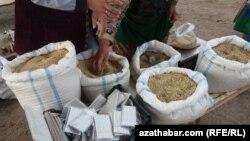 Рынок нелегальной продажи табака и самодельных сигарет, Туркменистан, ноябрь 2016.