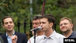 Соратники по «Яблоку» исключили молодежного лидера (у микрофона) за то, что он нанес партии «политический ущерб»