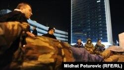 Grevistët para ndërtesës së qeverisë në Sarajevë.
