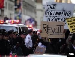"""АКШ. """"Уолл стритти ээле"""" кыймылынын катышуучулары """"Таймс"""" аянтында. Нью-Йорк, 15-октябрь 2011"""