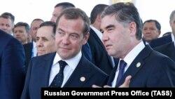 Kryeministri rus, Dmitry Medvedev, (majtas) dhe presidenti turkmen, Gurbanguly Berdymukhammedov.