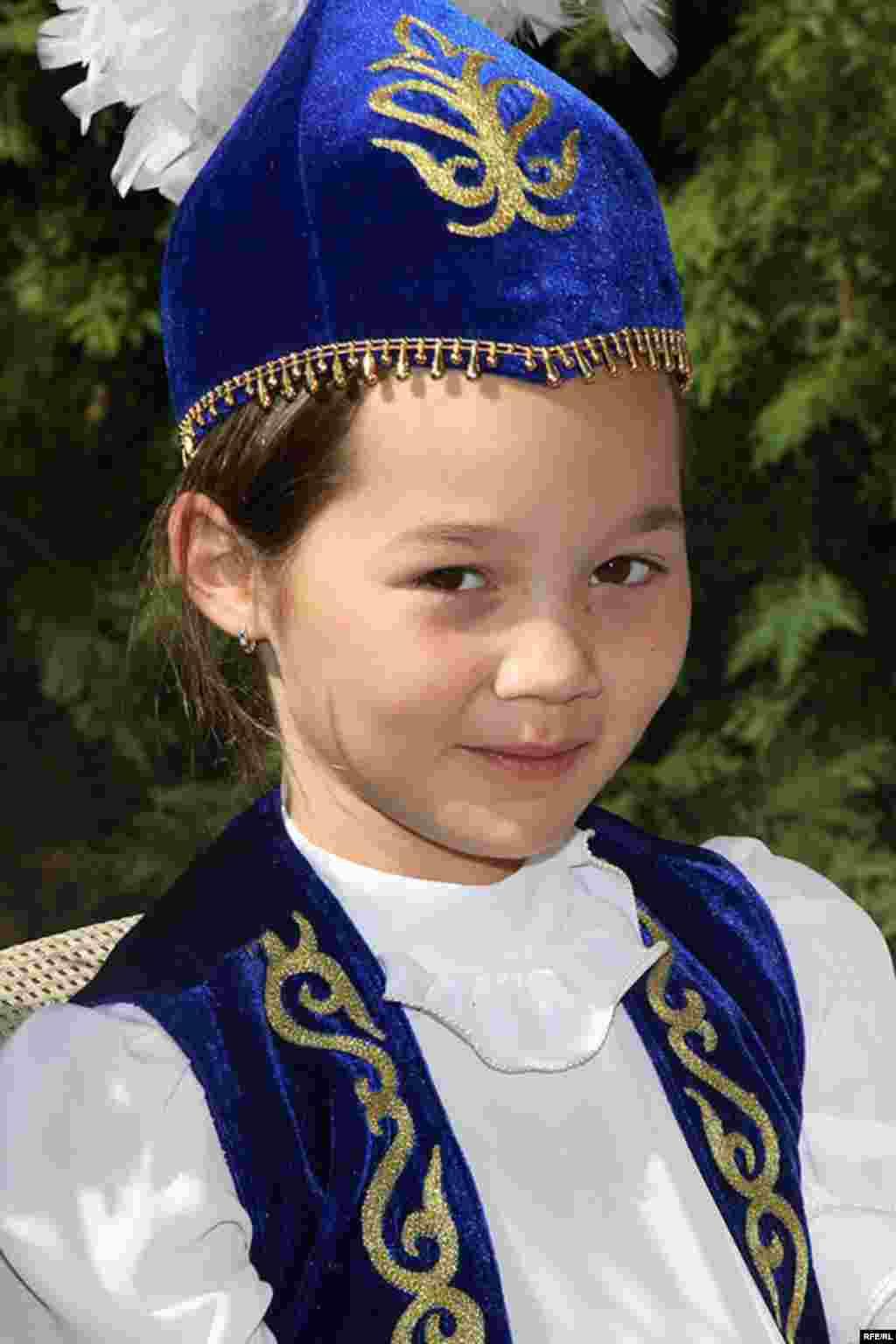 Қандай ән айтсам екен -ә! - Kazakhstan-Kazakh Service Web Party, Kazakh Girl Wearing Kazakh Costume