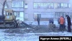 Петропавлдың орталығында жарылған су құбырын жөндеу жұмысы. 4 қаңтар 2018 жыл.