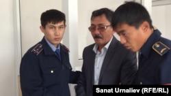 Полицейские производят арест бывшего директора РГП «Теректи мал жардеми» Исы Бекетова в зале суда. Теректи, 11 сентября 2015 года.