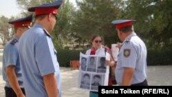 Правозащитник Асель Нургазиева проводит акцию протеста перед акиматом Жанаозена. 29 августа 2012 года.