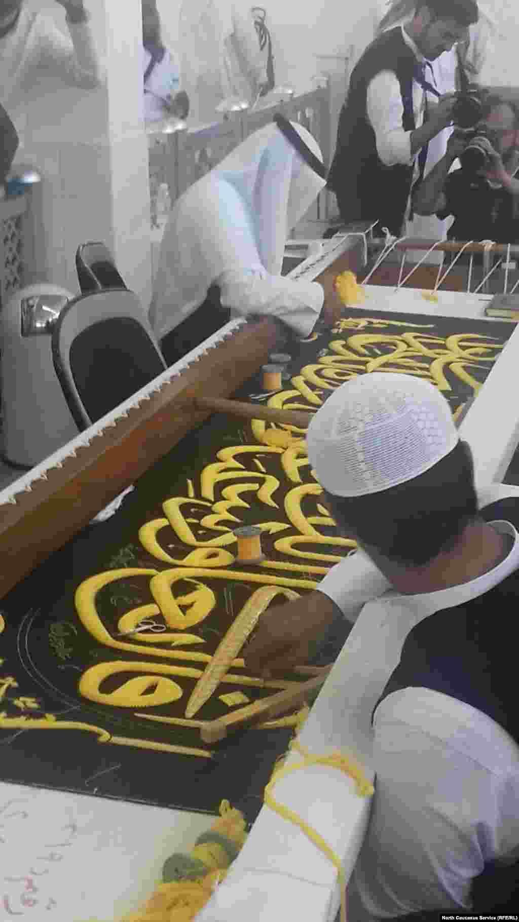 Обновлением убранства Каабы занимается небольшая фабрика в пригороде Мекки