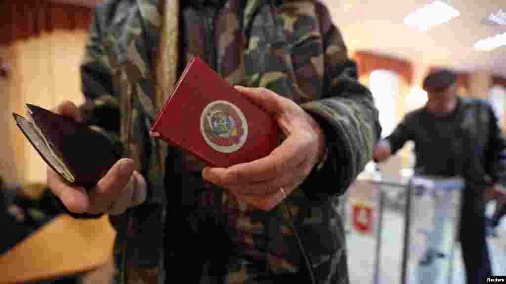 Мұқабасында СССР гербінің суреті бар Украина азаматының паспорты.