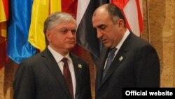 Arxiv foto: Azərbaycanın Xarici İşlər naziri Elmar Məmmədyarov (sağda) Lissabonda NATO-nun sammitində ermənistanlı həmkarı Edward Nalbandianla görüşür. 20 noayrb 2010