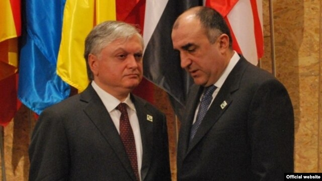 Portugal - Armenian Foreign Minister Edward Nalbandian (L) speaks with his Azerbaijani counterpart Elmar Mammadyarov on the sidelines of the NATO summit in Lisbon, 20Nov2010