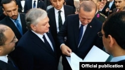 Turkey - Armenian Foreign Minister Edward Nalbandian gives Turkish President Recep Tayyip Erdogan a letter from his Armenian counterpart Serzh Sarkisian during his inauguration in Ankara, 28Aug2014.