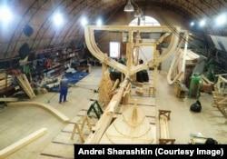 Egy hagyományos hajóépítő műhely Arhangelszkben, ahová 2021 áprilisában hívták meg vendégül Saraskint