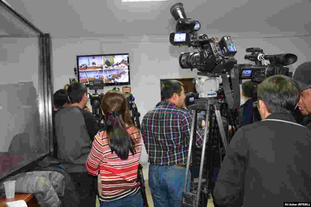 Представители СМИ во время предварительных слушаний наблюдали за процессом с монитора из отдельного помещения в здании суда.
