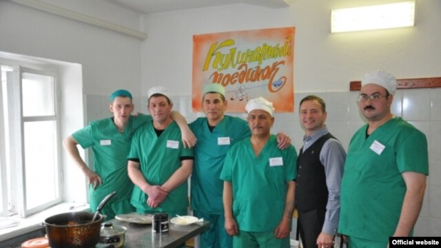 The inmate chefs pose with judge Seva Mokin (second from right), a Russian chef and well-known Novosibirsk television presenter. Contest winner Iskandarov Nemat is third from right.