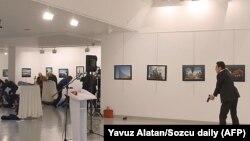 Անկարայում ՌԴ դեսպանի վրա կրակած տղամարդը պատկերասրահում, 19-ը դեկտեմբերի, 2016
