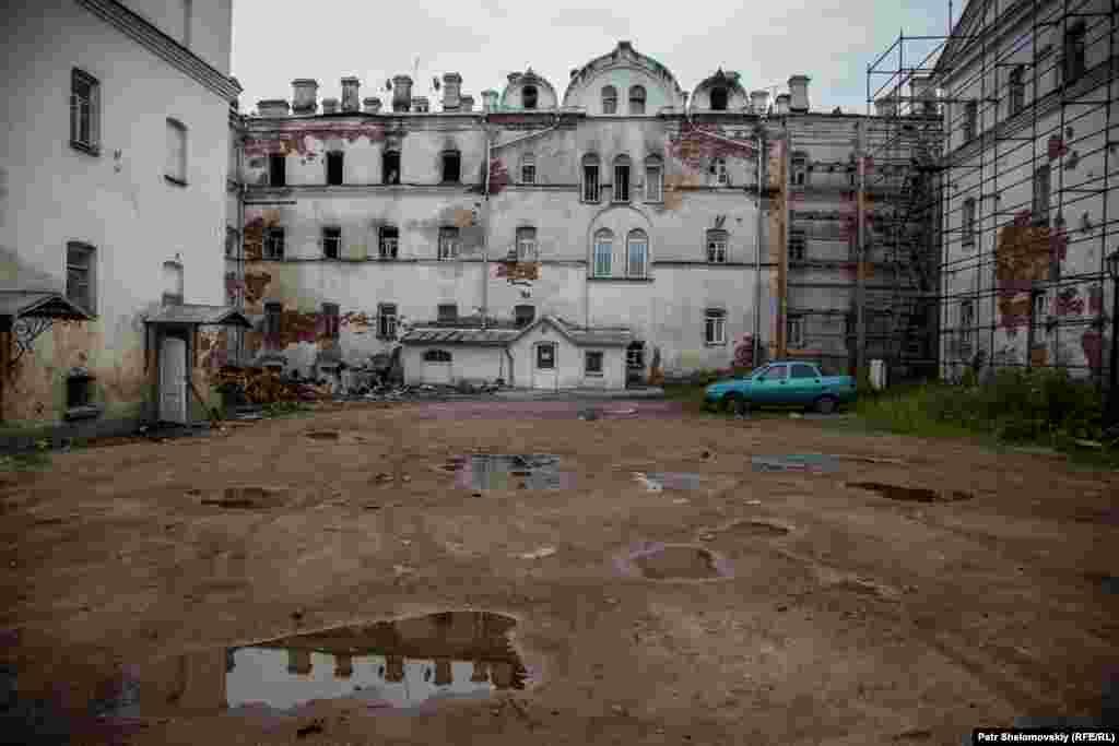 """Гостиница """"Зимняя"""" сильно пострадала от пожара 1 мая 2016 года, на Пасху. Некоторые жители вынуждены были искать новое жилье."""
