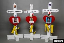 Кресты памяти погибших от взрывов Кристи Кэмпбелл, Лу Лу Лингзи и Мартина Ричарда