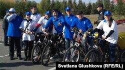Участники велопробега «За энергосбережение и здоровый образ жизни». Астана, 30 сентября 2012 года.