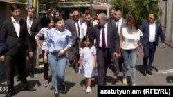Nikol Paşinyan, ailə üzvləri ilə səsverməyə gedir, 20 iyun 2021