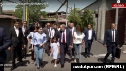 Armenia - Prime Minister Nikol Pashinian, his wife and children arrive at a polling station in Yerevan, June 20, 2021.