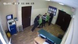 Полицейский в Марий Эл применяет силу из-за отказа женщины снять кроссовки