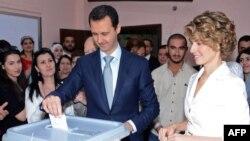Suriya prezidenti Bashar al-Assad Dəməşqdə xanımı ilə birlikdə səs verərəkən. 3 iyun 2014