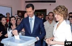 Сирия президенті Башар Асад әйелімен бірге сайлау учаскесінде дауыс беріп тұр. Дамаск, 3 маусым 2014 жыл.