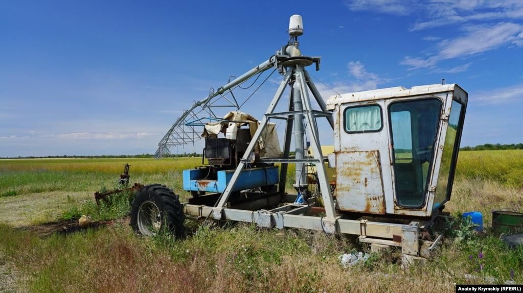 А далее подается в поле на дождевальную установку «Бауер». Но из-за такого полива, признают специалисты «Правды», урожайность овощных культур за последние годы упала в 2-3 раза. Почва нуждается в обязательном гипсовании