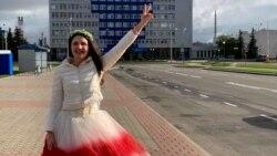 A Belaruszból menekült piros-fehér menyasszonyi ruhás nő
