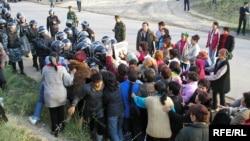 Шаңырақтағы наразы тұрғындар мен полицияның қақтығысы. Алматы, 14 шілде 2006 жыл.