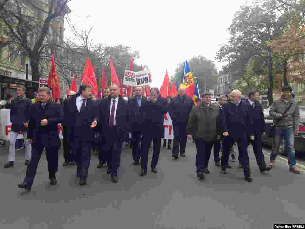Liderul socialiştilor, Igor Dodon (în centru), în fruntea unei coloane de manifestanţi