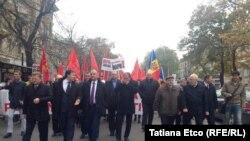 Socialiştii protestează în faţa Parlamentului