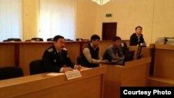 Прокурор Әмірғали Жанаев (сол жақта). Ақтау, 19 қараша 2012 жыл. Фото twitter желісінен алынды.