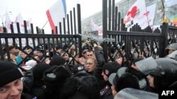 Прихильники Тимошенко зламали ворота Апеляційного суду