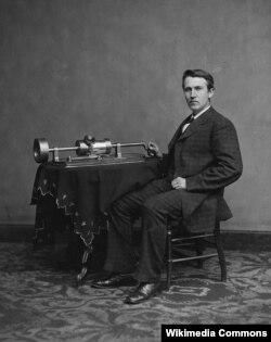 Gənc Thomas Edison kəşf etdiyi fonoqrafla birlikdə.
