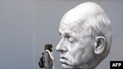 Німеччина, Берлін. Люди проходять повз картину із зображенням Андрія Сахарова в постійно діючій галереї під відкритим небом East Side Gallery (архівне фото)