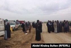 Иракта «Ислам мемлекеті» тобы содырларынан қашқан босқын арабтар Сириямен шекарада тұр. Дохук провинциясы, 3 наурыз 2015 жыл.