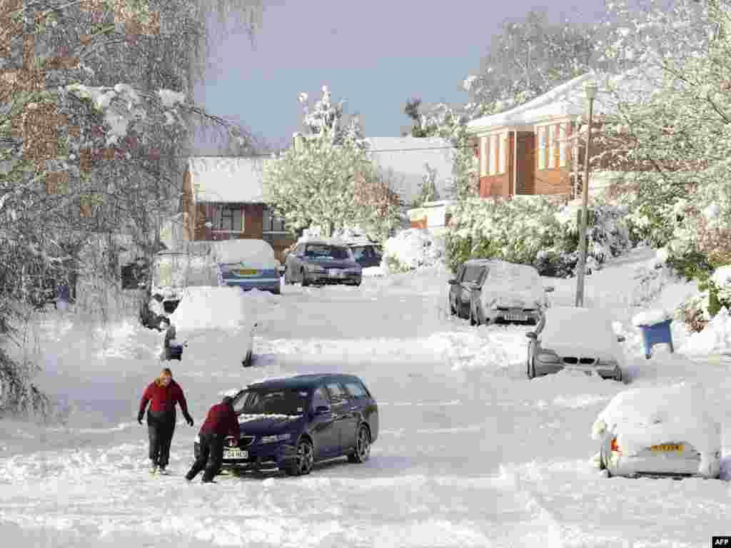 Сильные снегопады и морозы продолжают вызывать множество проблем в странах Европы. В Британии и Ирландии нынешняя зима названа самой холодной за 30 лет. В субботу из-за снегопада были отменены более 50 рейсов из лондонского аэропорта Хитроу. На 4 часа был закрыт аэропорт Дублина.