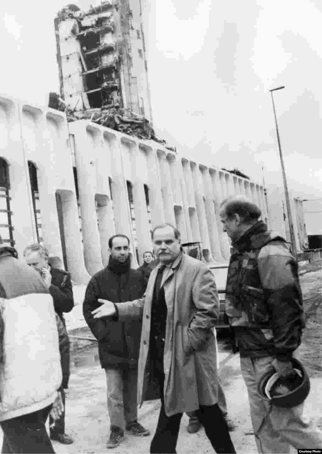 Arhivska fotografija - Džozef Bajden, tadašnji senator, u poseti opkoljenom Sarajevu 1993. susreo se sa tadašnjim urednikom lista Oslobođenje Kemalom Kurspahićem.