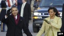 Оқ уйга яқинлашар экан¸ Барак ва Мишел Обама уларни кўриш учун совуққа қарамай кўчада соатлаб кутган америкаликлар қаршисига чиқдилар.
