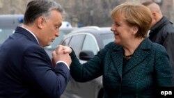 Преьмер-министр Венгрии Виктор Орбан приветствует канцлера Германии Ангелу Меркель в Будапеште, 2 февраля 2015