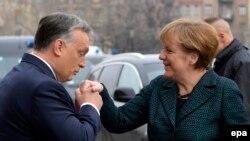 Premierul Viktor Orban salutând-o pe canceler Angela Merkel la Budapesta în 2015