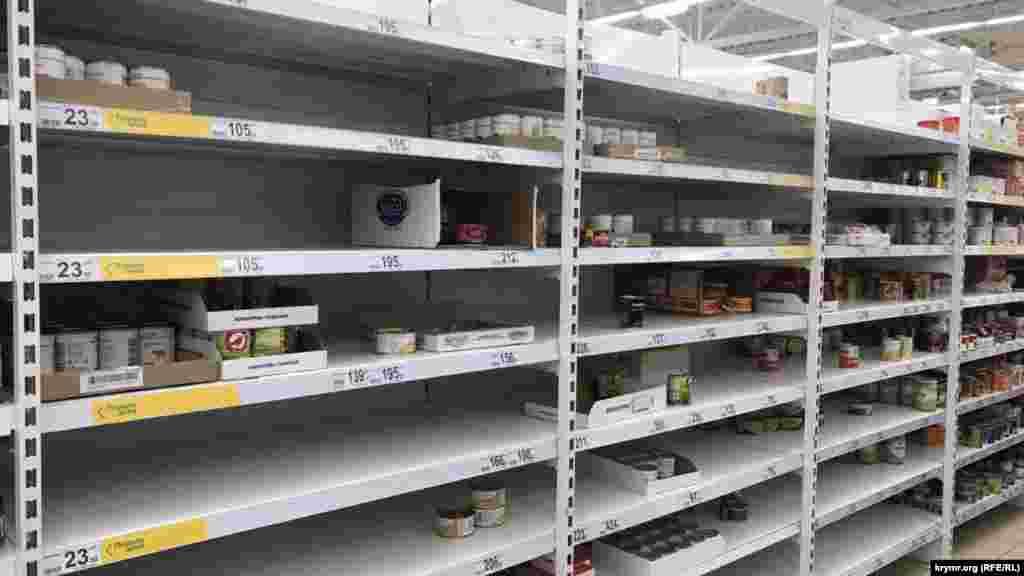 А полки, где еще недавно лежали продукты, стали полупустыми