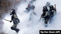 Сотрудники полиции Гонконга во время акций протеста. 18 ноября 2019 года.